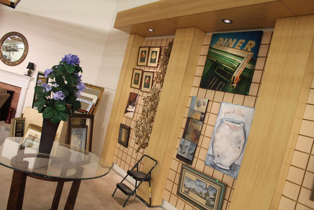 Paintings are hung in the vignette area.